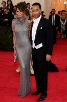 john legend - ralph lauren purple label e chrissy teigen - ralph lauren (clutch jimmy choo e gioielli lorraine schwartz)