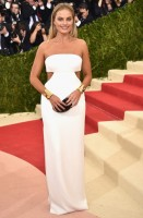 margot robbie - calvin klein collection (scarpe jimmy choo e gioielli elsa peretti)