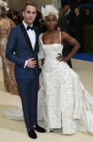 ben-platt-brooklyn-tailors-scarpe-david-hart-for-johnston-and-murphy-gioielli-ox-and-bull-e-cynthia-erivo-thom-browne-scarpe-sophia-webster-gioielli-mikimoto-buccellatti-e-beladora