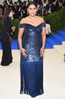 mindy-kaling-prabal-gurung-clutch-edie-parker-e-gioielli-jacob-co-e-monique-pean